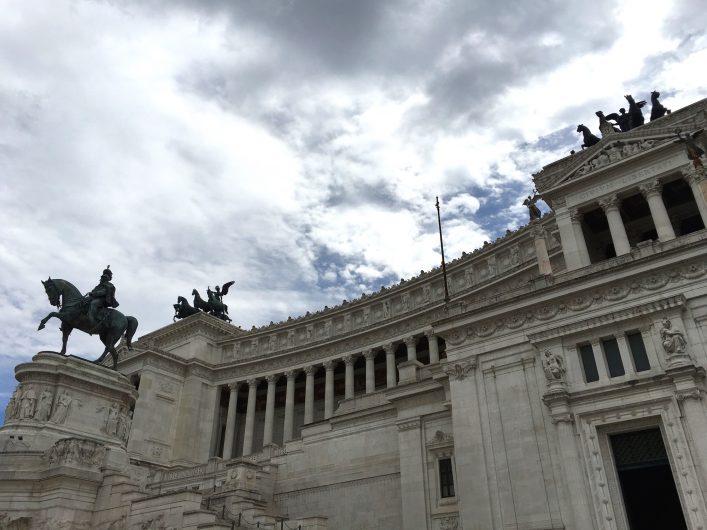 Roma'nın tarihi yapıları karşısında büyülenmemek elde değil
