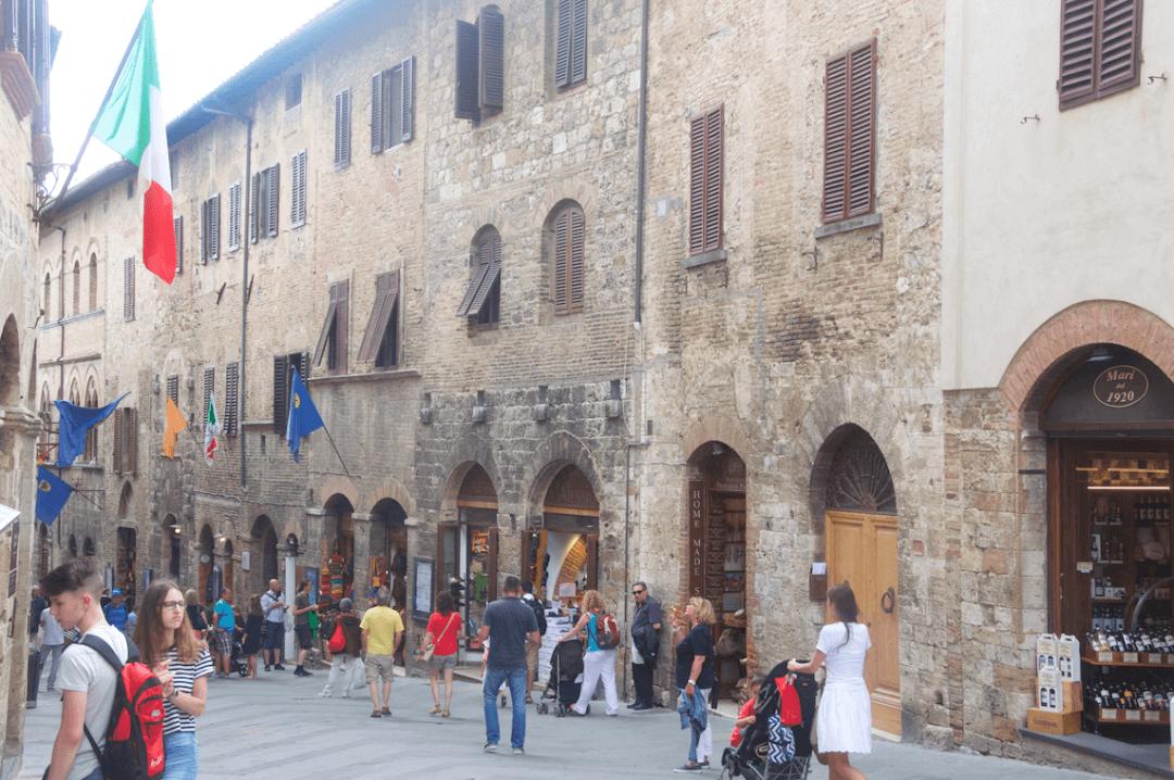 San Gimignano'daki sağlı sollu dükkanlarda yöresel lezzetlerin tadına bakabilir, uygun fiyatlara Toskana şarabı satın alabilirsiniz.