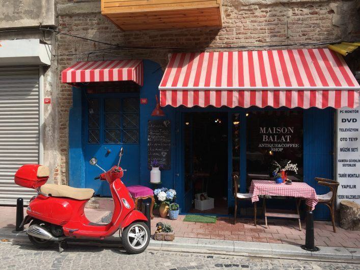 Maison Balat Vodina Caddesi'nde gezebileceğiniz şirin bir antikacı