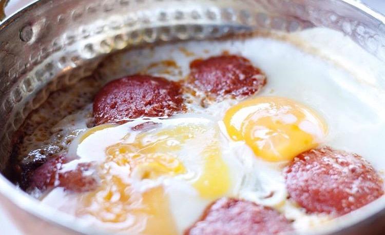 Çerkezköy Delicatessen'in sucuklu yumurtası parmaklarınızı yedirtecek cinsten