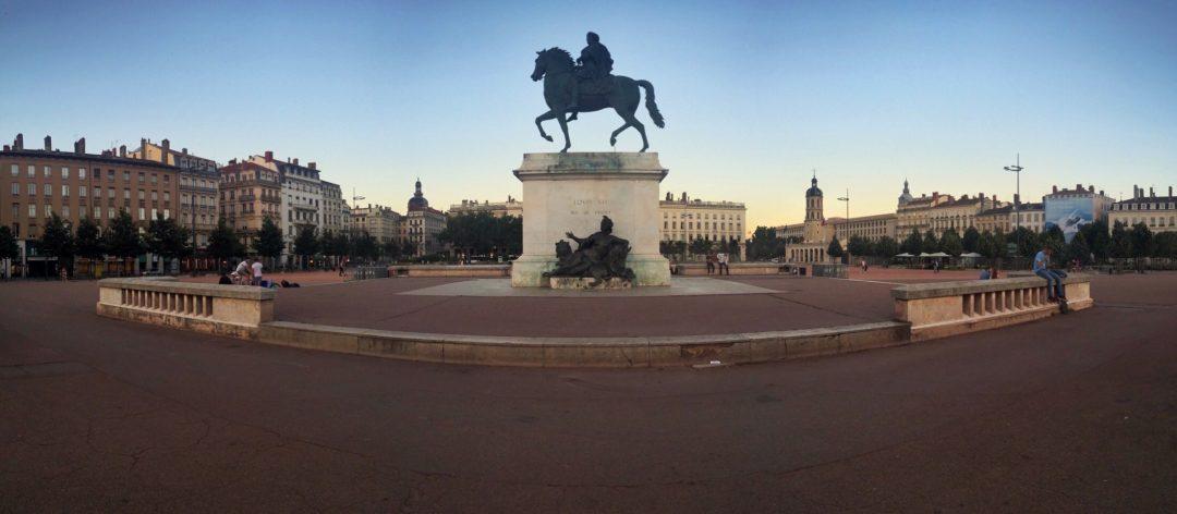 Bellecour meydanı şehrin en önemli buluşma noktalarından